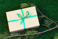 Uitstekende giftdoos met groen lint Stock Foto