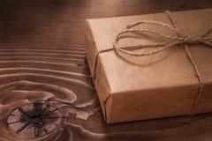 Uitstekende giftdoos op houten raad Stock Foto's