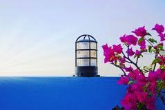 Uitstekende glaslamp op de blauwe muur stock afbeeldingen
