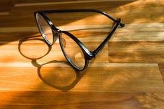 Uitstekende glazen op een houten raad stock fotografie