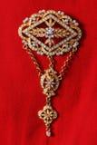 Uitstekende gouden broche die met gemmen wordt versierd Royalty-vrije Stock Afbeelding