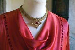 Uitstekende gouden halsband met rode diamanten Stock Fotografie