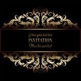 Uitstekende gouden uitnodiging of huwelijkskaart op zwarte achtergrond, verdeler, kopbal, sier kanten vectorkader Royalty-vrije Stock Afbeelding
