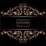 Uitstekende gouden uitnodiging of huwelijkskaart op zwarte achtergrond, verdeler, kopbal, sier kanten vectorkader Stock Foto