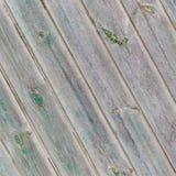 Uitstekende grijze diagonale houten raad met de overblijfselen van de groene verf Royalty-vrije Stock Afbeeldingen