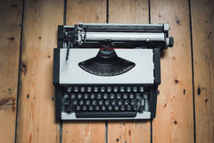 Uitstekende grijze schrijfmachine op de houten vloer Royalty-vrije Stock Afbeelding