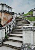 Uitstekende grijze steenstappen, Grijze oude bakstenen muur, groen gras stock fotografie