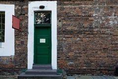 Uitstekende groene deur royalty-vrije stock afbeeldingen