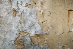 Uitstekende grungetextuur als achtergrond van oude concrete muur met gebarsten doorstane verf en sporen van waterstroken Stock Foto