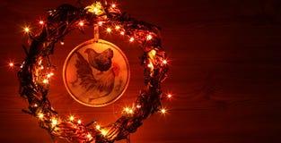 Uitstekende hand - gemaakte decoupage van ambachthanen Gelukkig Nieuwjaar en Vrolijke het malplaatjekaart van de Kerstmisvakantie Royalty-vrije Stock Foto