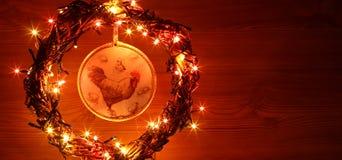 Uitstekende hand - gemaakte decoupage van ambachthanen Gelukkig Nieuwjaar en Vrolijke het malplaatjekaart van de Kerstmisvakantie Stock Foto