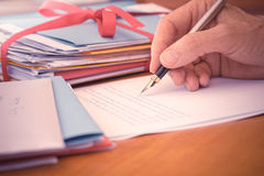 Uitstekende Hand met Pen Writing Letter stock foto's