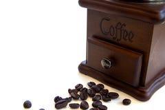 Uitstekende handdiekoffiemolen met koffiebonen op witte achtergrond wordt geïsoleerd Royalty-vrije Stock Foto