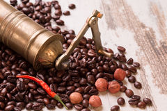 Uitstekende handkoffiemolen met geïsoleerde koffiebonen Stock Fotografie