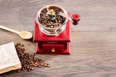 Uitstekende handkoffiemolen met koffieboon Vrije plaats aan binnen royalty-vrije stock fotografie
