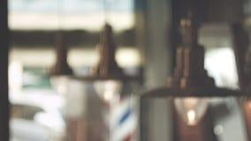Uitstekende hangende lampen Kapper Pool abstracte achtergrond Het Binnenland van de haarsalon stock footage