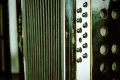 Uitstekende harmonika met sleutels en harmonikablaasbalgen stock foto