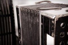 Uitstekende harmonika met sleutels en harmonikablaasbalgen stock afbeeldingen