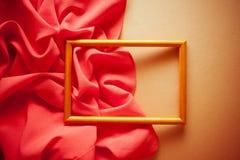 Uitstekende heldere achtergrond met rood gordijn Stock Fotografie