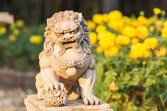 Uitstekende het standbeeldtribune van de zandsteenleeuw in de tuin Royalty-vrije Stock Afbeeldingen