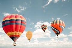 Uitstekende hete luchtballon die op hemel vliegen royalty-vrije stock foto