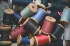 Uitstekende hipsterachtergrond van de veelkleurige hoogste mening van dradenspoelen Atelier, het naaien toebehorenachtergrond royalty-vrije stock fotografie
