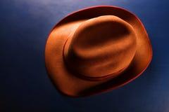 Uitstekende hoeden blauwe achtergrond stock afbeelding