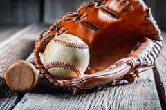 Uitstekende Honkbalknuppel en bal Royalty-vrije Stock Afbeeldingen
