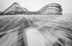 Uitstekende houten Achtbaan op het strand royalty-vrije stock foto