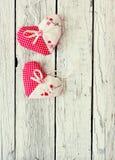 Uitstekende houten achtergrond met decoratieve harten Royalty-vrije Stock Foto's