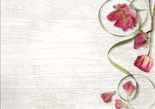Uitstekende houten achtergrond met rozen Royalty-vrije Stock Afbeeldingen