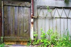 Uitstekende houten deur in het land Uit stad Stock Fotografie