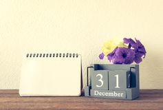 uitstekende houten die kalender op 31 van December met bloem wordt geplaatst Stock Fotografie
