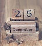 Uitstekende houten die kalender op 25 van December wordt geplaatst Stock Afbeeldingen