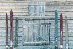 Uitstekende houten doorstane ski in de winter tijdens sneeuw stock afbeelding