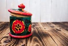 Uitstekende houten doos met ornament royalty-vrije stock afbeeldingen