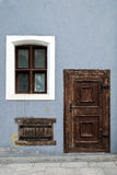 Uitstekende houten ingangsdeur en vensters stock afbeeldingen