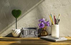 uitstekende houten kalender voor 14 Februari met groen hart op houten t Royalty-vrije Stock Foto