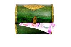 Uitstekende houten kist van India met Roepiesnota's Stock Foto's