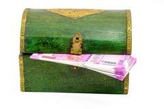 Uitstekende houten kist van India met Roepiesnota's Royalty-vrije Stock Afbeeldingen