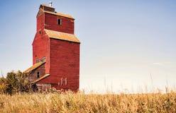 Uitstekende houten korrellift in landbouw de herfstlandschap Royalty-vrije Stock Foto's