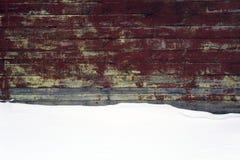 Uitstekende houten muur met sneeuwlaag royalty-vrije stock foto