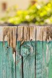 Uitstekende houten omheining met onscherpe installaties Stock Afbeelding