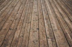 Uitstekende houten oppervlakte met planken en hiaten in perspectief stock foto