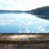 Uitstekende houten raadslijst voor bosmeer Royalty-vrije Stock Fotografie