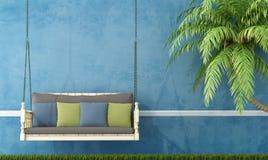 Uitstekende houten schommeling tegen blauwe muur Royalty-vrije Stock Foto's