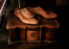 Uitstekende houten spaties voor de schoenen van mensen bij een uitstekende juwelendoos Royalty-vrije Stock Foto