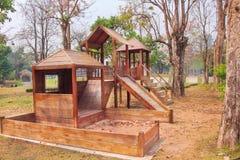Uitstekende houten speelplaats, geen kinderen op achtergrond royalty-vrije stock afbeelding