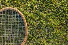 Uitstekende houten tennisracket op groene grastuin Royalty-vrije Stock Afbeeldingen
