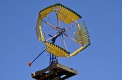 Uitstekende houten windmolen op een landbouwbedrijf voor het pompen van water royalty-vrije stock foto's